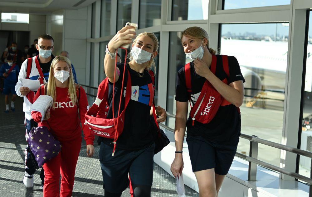 Спортсменки женской олимпийской сборной России по гандболу Владлена Бобровникова (в центре) и Ксения Макеева (справа) в аэропорту Ханеда в Токио