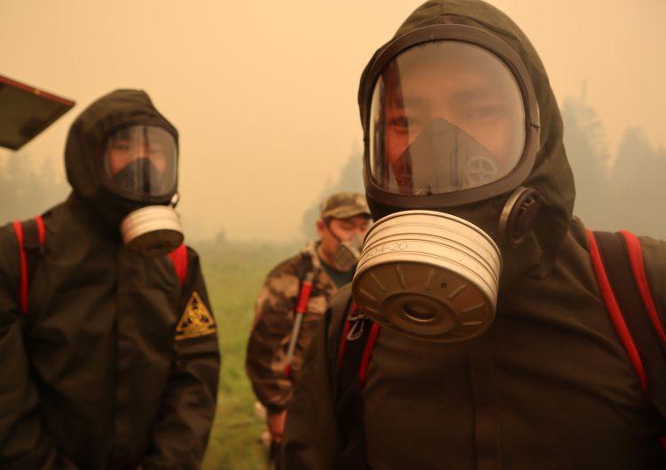 Пожарные во время тушения лесных пожаров в Якутии