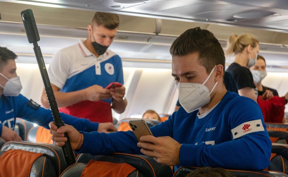 Спортсмен олимпийской сборной России по спортивной гимнастике Давид Белявский (справа) в самолете в аэропорту Ханеда в Токио