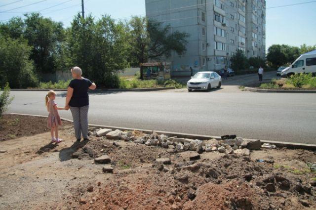 Подрядчик пообещал переделать тротуары на ул. Мусы Джалиля в Оренбурге после вмешательства активистов.