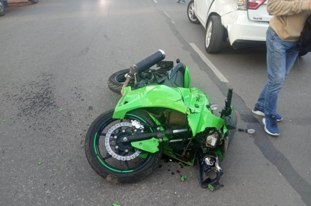 В результате ДТП мотоциклист получил травмы, его отвезли в больницу.