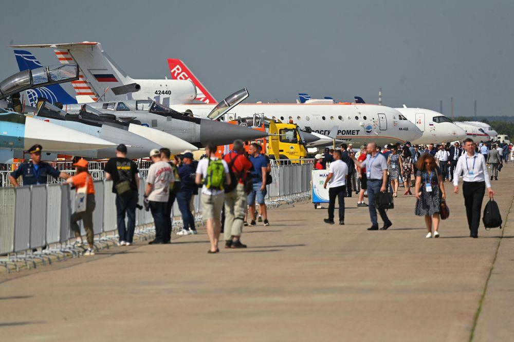 Посетители осматривают самолёты на выставке Международного авиационно-космического салона МАКС-2021