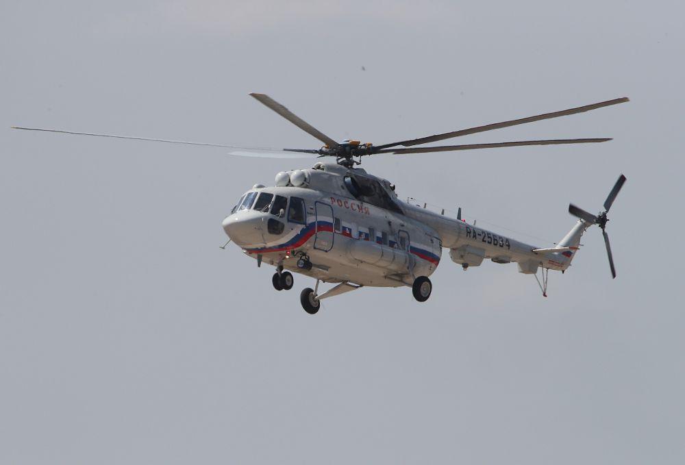 Вертолёт Ми-8МТВ-1С специального лётного отряда «Россия» летит над площадкой проведения Международного авиационно-космического салона МАКС-2021