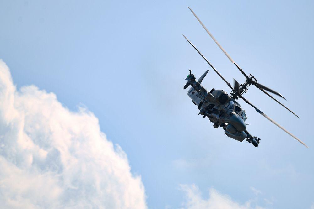 Российский разведывательно-ударный вертолёт Ка-52 во время выполнения лётной программы на Международном авиационно-космическом салоне МАКС-2021
