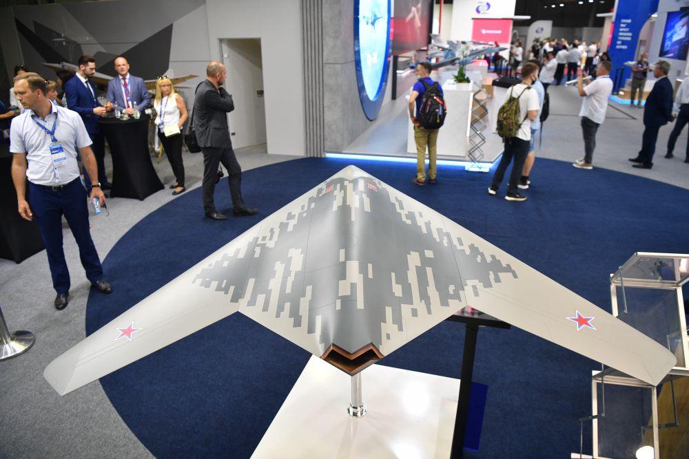 Макет БПЛА С-70 «Охотник», представленный на стенде Объединенной авиастроительной корпорации выставке Международного авиационно-космического салона МАКС-2021