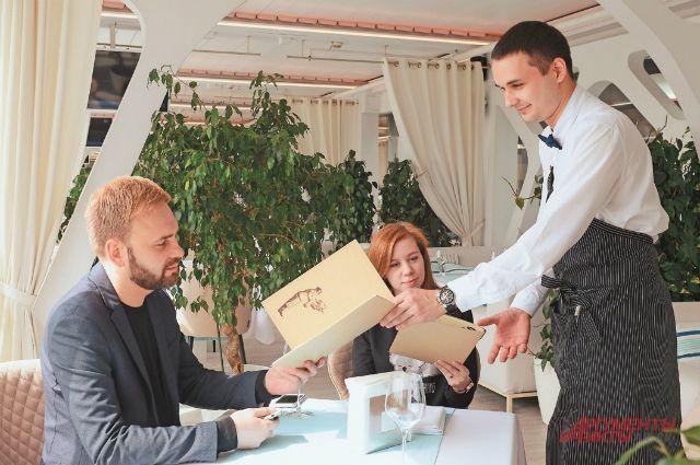 В Оренбуржье продлили запрет на проведение банкетов и сохранили старый режим работы для точек общепита.
