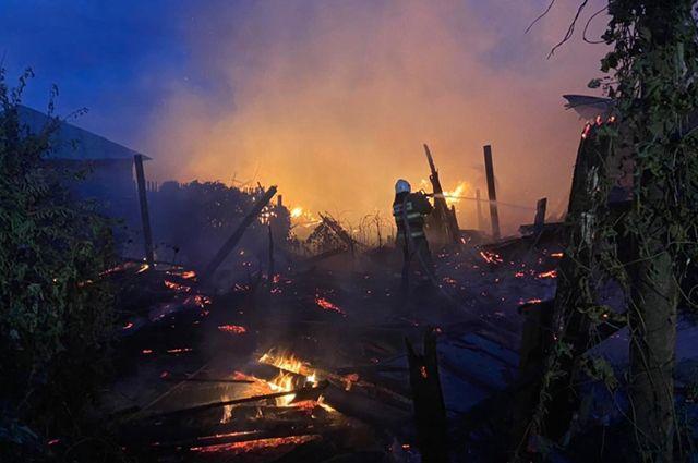 В Пономаревском районе потушили 11 горящих надворных построек и два жилых дома.