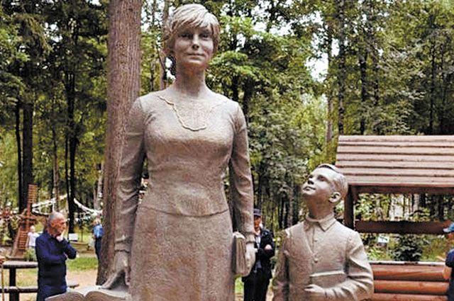 Памятник первой учительнице открыли 11 июля в парке Космонавтов.