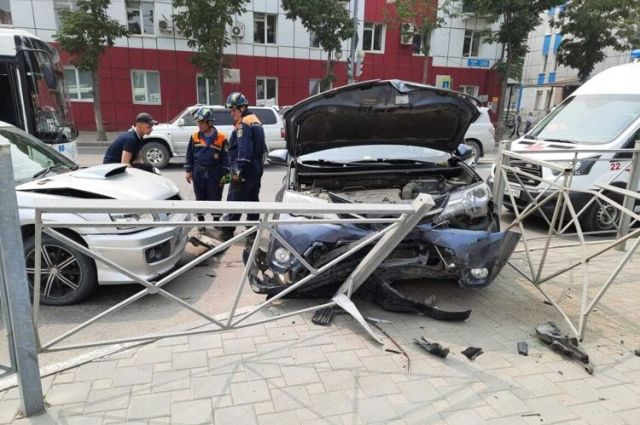 На месте работают пожарные, скорая помощь, спасатели и полиция. Причины аварии выясняются.
