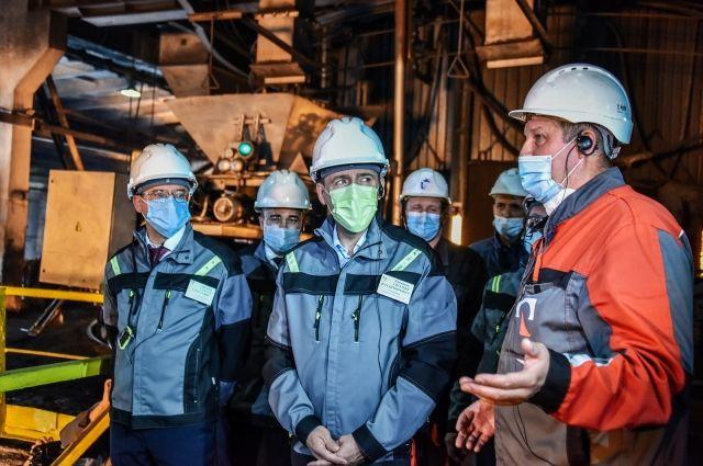 Евгений Куйвашев общается с уральскими металлургами.