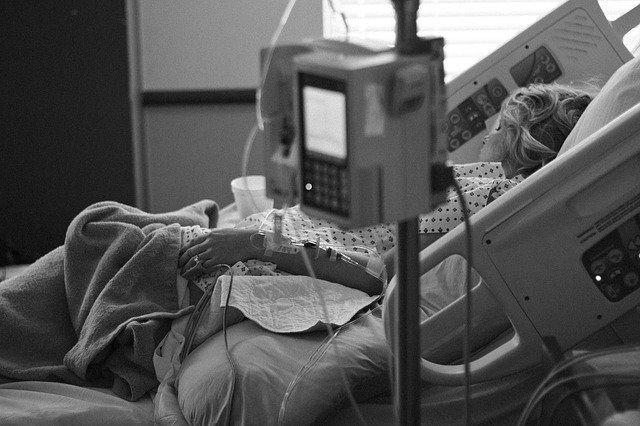 На кадрах реальные люди: медики, пациенты, горожане...