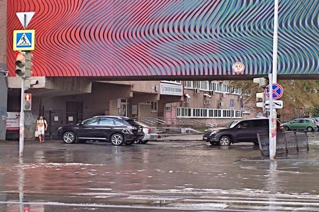 Воскресный ливень превратил улицы Екатеринбурга в реки.