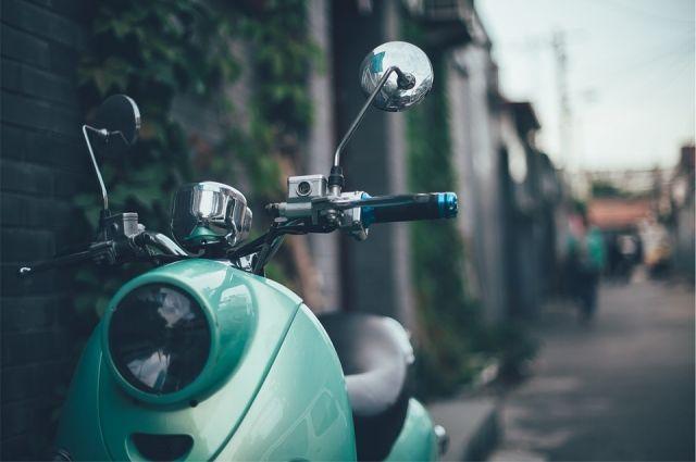 Тюменский подросток влетел в два автомобиля на скутере