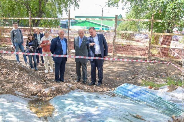 После того как на площадке за ДК «Юбилейный» были найдены человеческие останки, строительные работы были приостановлены.