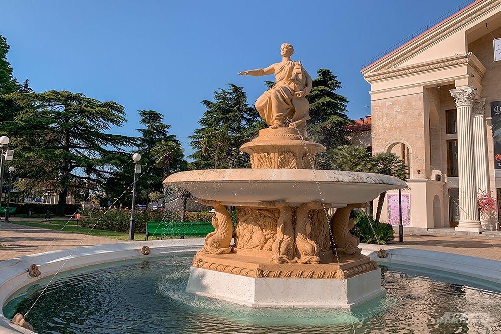 Перед зданием Морского вокзала находится фонтан «Владычица морей», который иногда именуют «Навигация» или «Богиня мореплавания».