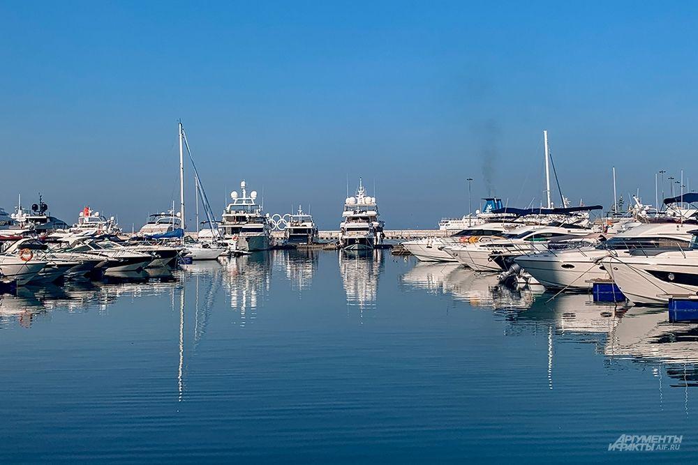 В морском порту Сочи расположена круглогодичная оборудованная стоянка судов.