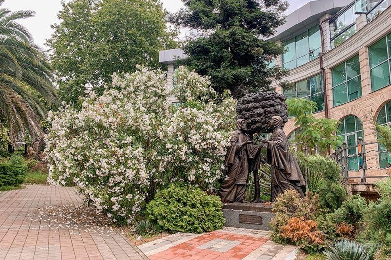 Памятник «Петр и Феврония» в центральном районе Сочи.