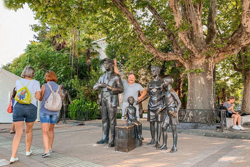 Также в порту есть статуи, посвященные героям фильма «Бриллиантовая рука».