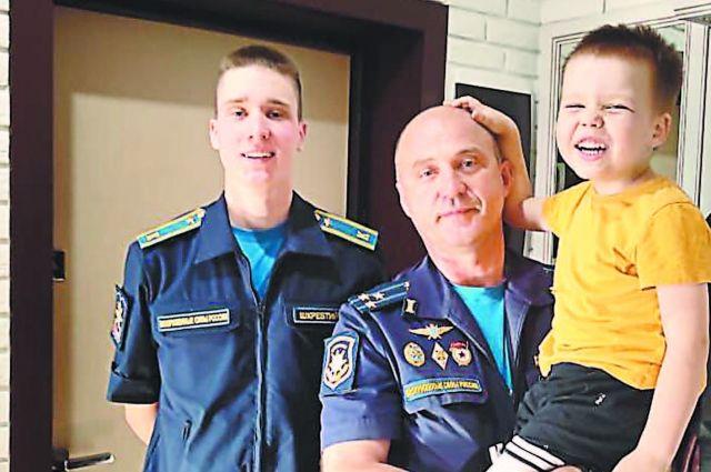 Александр Шкребтий с сыновьями - будущими офицерами.