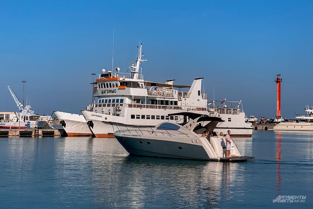 Пассажирские причалы способны вместить несколько сотен яхт и катеров.