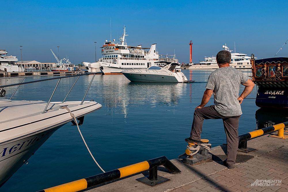 В порту есть международный пассажирский и таможенный терминалы, откуда осуществляются международные рейсы по круизным маршрутам.