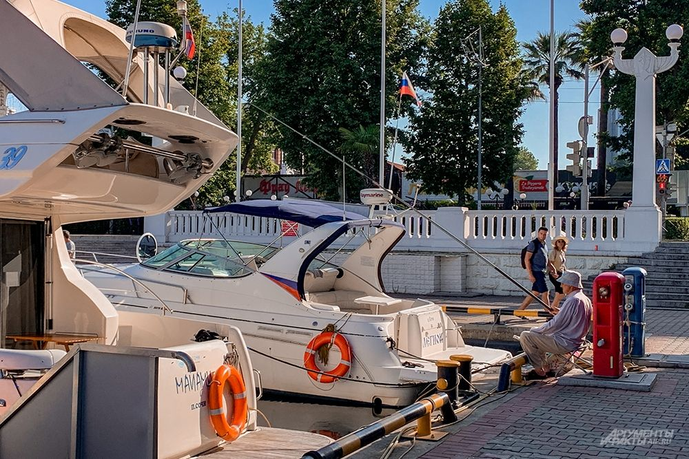 Рано утром в порту можно встретить рыбаков.
