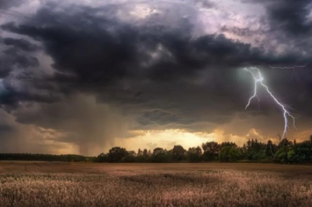 Грозы и град: в Украине объявили штормовое предупреждение.