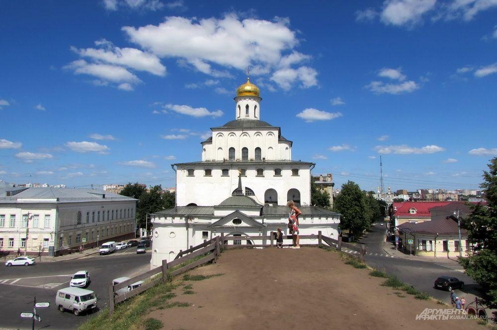 Сохранившийся участок вала оборонительной крепости Владимира у Золотых ворот.
