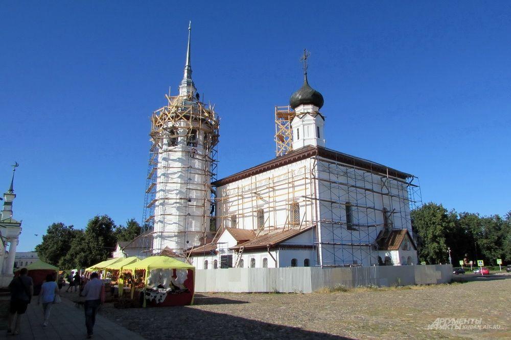 Казанская и Воскресенская церкви на главной площади Суздаля.