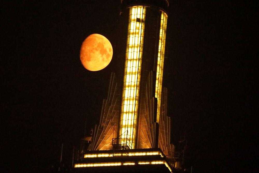 Луна кажется оранжевой из-за смога от лесных пожаров