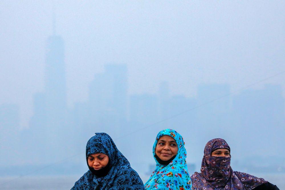 Женщины на набережной на фоне Манхэттена