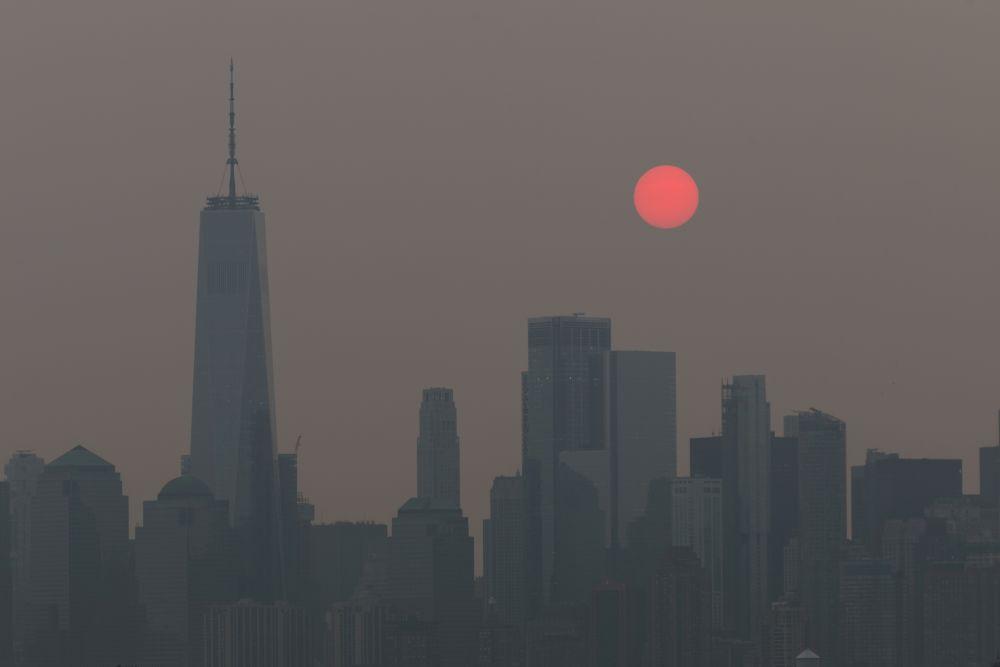 Солнце приобрело красный оттенок из-за смога от лесных пожаров