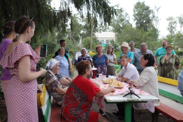 В Каменке Сардана Авксентьева пообщалась и с мэром, и с жителями. Не в офисе – в обычном дворе.