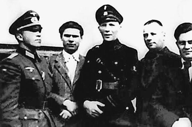 Кузнецов (крайний слева) с немцами в оккупированном Ровно, 1942 г.