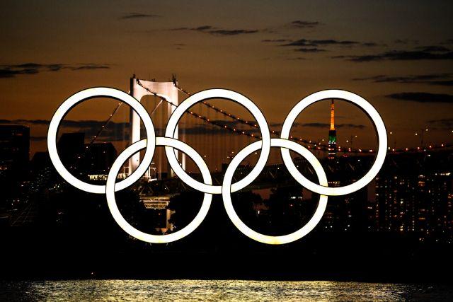 Монумент из пяти олимпийских колец на плавучей барже в Токийском заливе.