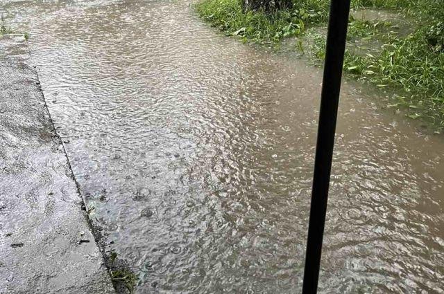 Двор полностью затопило водой.