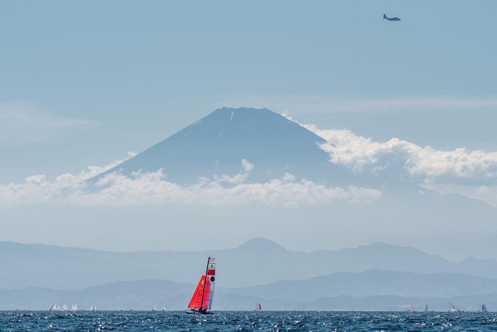 Вид на вулкан Фудзияма во время тренировки по парусному спорту в преддверии Олимпиады
