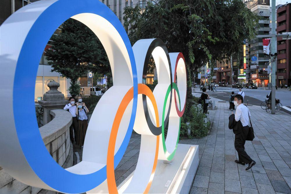 Монумент с олимпийскими кольцами на мосту Нихонбаси