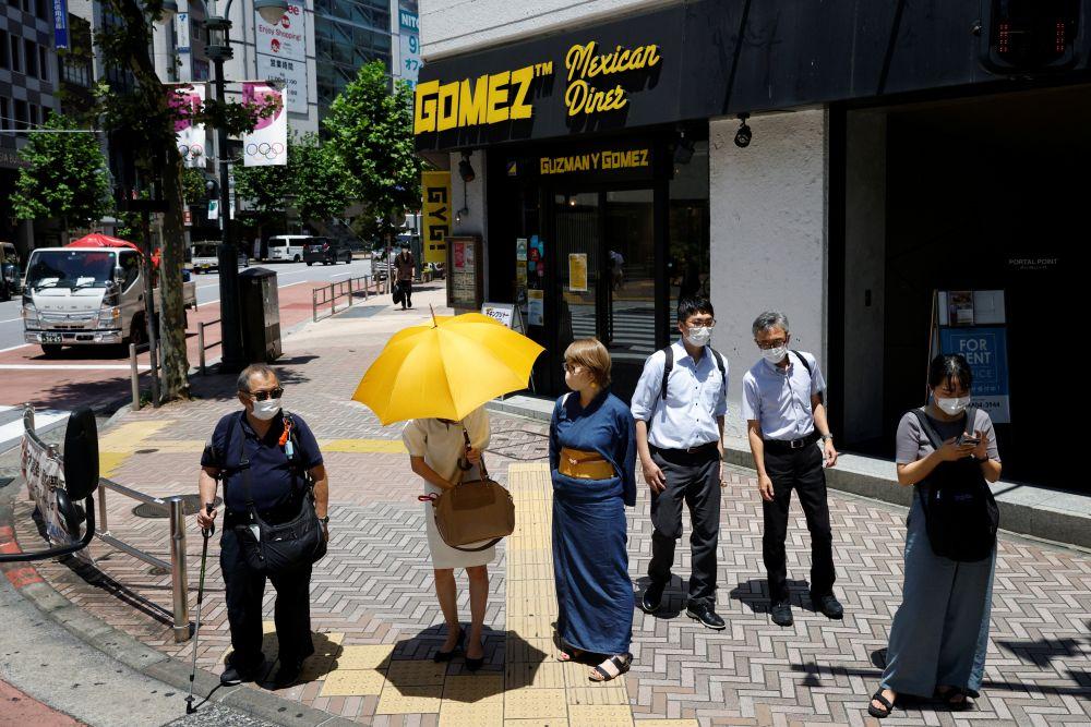 Люди на одной из улиц города