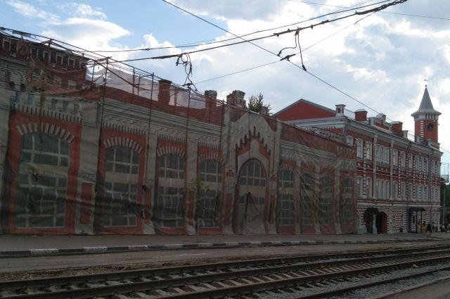 «Здание под тряпкой» на улице Ленина было выставлено на торги, но желающих приобрести исторические развалины за 38 млн рублей так и не нашлось.