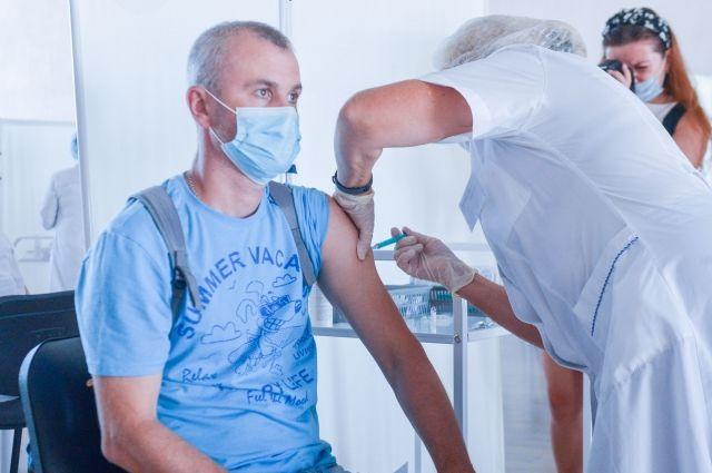 Чтобы поставить прививку, требуется только иметь паспорт, полис и СНИЛС.
