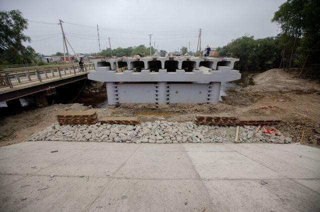 На объекте также ведется строительство двух мостов: через реку Владимировку и реку Славуту.