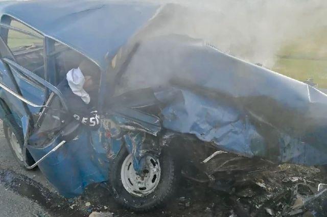 Спасатели достают погибших из искорёженных автомобилей.