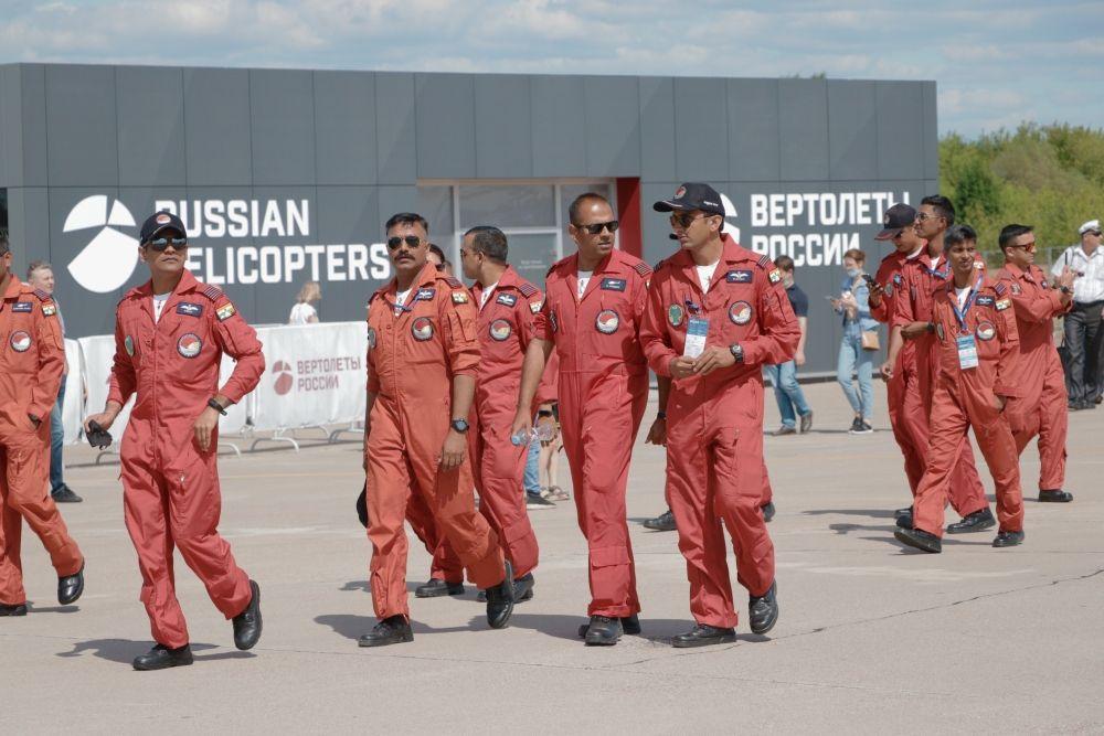 Лётчики индийской пилотажной группы Sarang впервые продемонстрировали российским зрителям сложный пилотаж с использованием дымогенераторов на вертолётах ALH Dhruv.