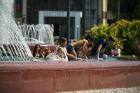 На выходных городские ребятишки снова полезут в фонтаны.