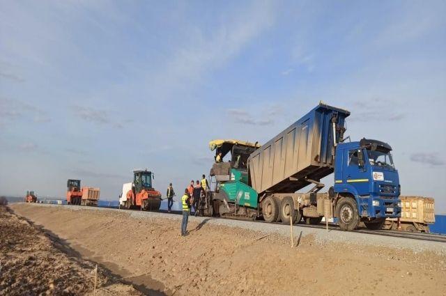 На технологической дороге на восьмом этапе М-12 в Татарстане начали укладывать асфальт.