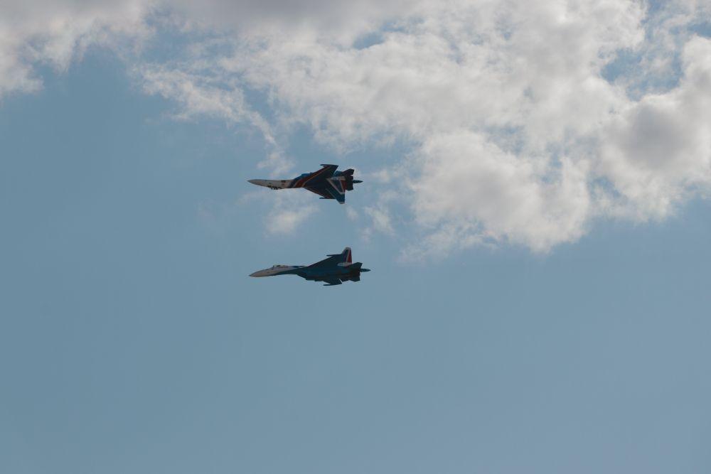 Одна из сложнейших фигур высшего пилотажа — «Зеркало» в исполнении группы «Русские Витязи».