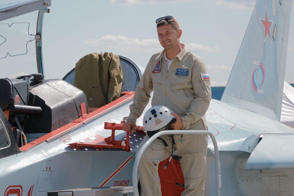 Лётчики не только демонстрируют свою технику в небе, но и позируют зрителям для фото.