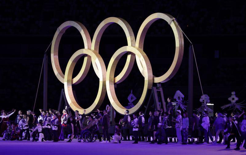 Олимпийские кольца на церемонии открытия на Национальном олимпийском стадионе