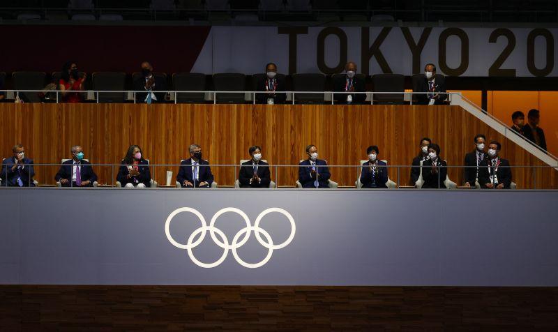 Президент Международного олимпийского комитета Томас Бах и император Японии Нарухито (в центре слева направо) на церемонии открытия на Национальном олимпийском стадионе
